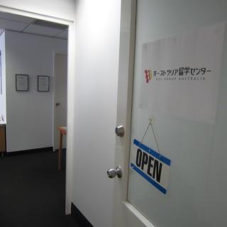 オフィス入り口。正面に見えるのは、オーストラリア政府認定カウンセラー資格の証明書!