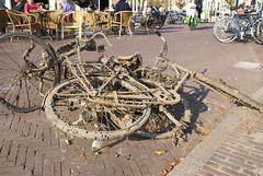 Uit de gracht gedregde fietsen