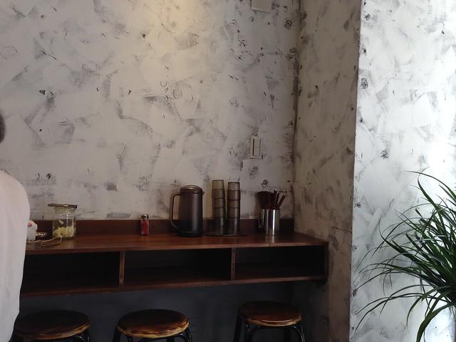桌上有冰開水可以自行取用,另有七味粉和高麗菜可以配飯@台北大安,佐藤精肉店
