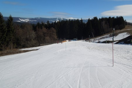 Prázdniny skončily, sezóna se chýlí ke konci a mnoho domácích středisek se uzavřelo nebo výrazně omezilo provoz - lyžuje se ale stále na zhruba polovině sjezdovek a za vhodných povětrnostních podmínek lze i díky malé...