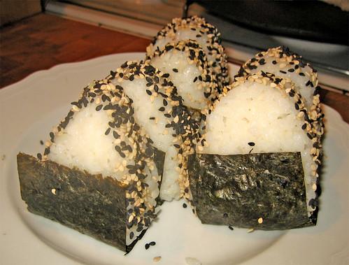 Polpettine di riso: Onigiri (con ripieno di salmone arrosto) by fugzu