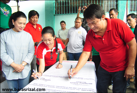 overnor Rebecca Ynares looks on as municipal officials sign their pledge of commitment to the Ynares Eco-System.