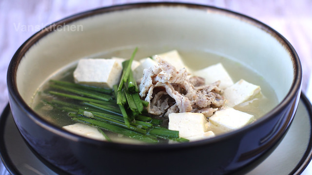 Silken Tofu and garlic chives soup (Canh đậu hủ hẹ)