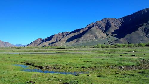 china blue sky mountains green nature beautiful landscape countryside highlands scenery plateau meadows tibet shigatse gyantse tibetanplateau 5photosaday xigaze xigazê gyangze peterch51 flickrtravelaward tibetanhighlands