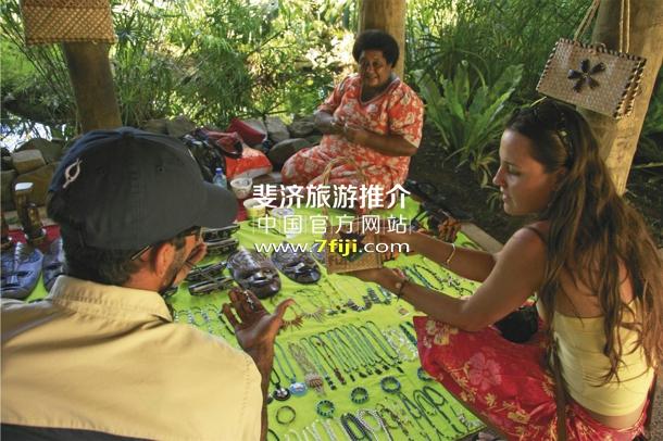 探访当地的手工艺品市场