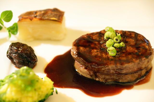 牛ヒレ肉のステーキ赤ワインソース