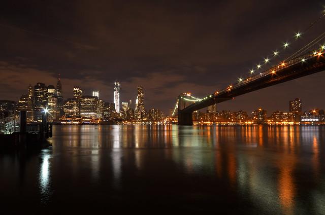 Vistas de Manhatthan y el puente de Brooklyn en la noche