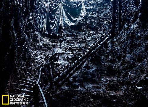 印度,美加拉雅邦。這位煤礦工人爬上搖搖晃晃的梯子,重見天日。19世紀美國和歐洲的礦場可能就和這裡一樣恐怖,現在則已改善許多。但煤的環境成本卻提高了,而且變成了全球的問題。攝影:Robb Kendrick;圖片提供:《國家地理》雜誌中文版2014年4月號
