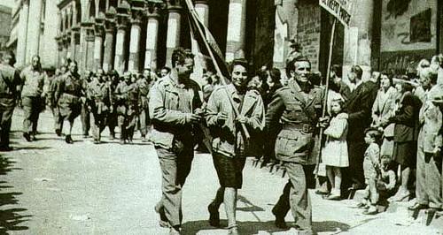 Partigiani_sfilano_per_le_strade_di_milano