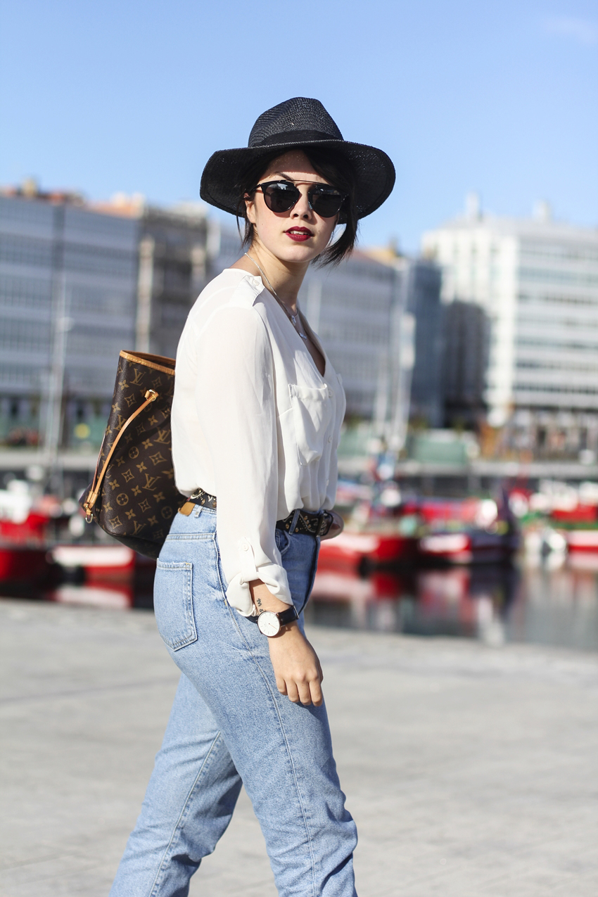 Look con mom jeans, blusa básica, el neverfull MM de Louis Vuitton y gafas Dior so real. Myblueberrynightsblog