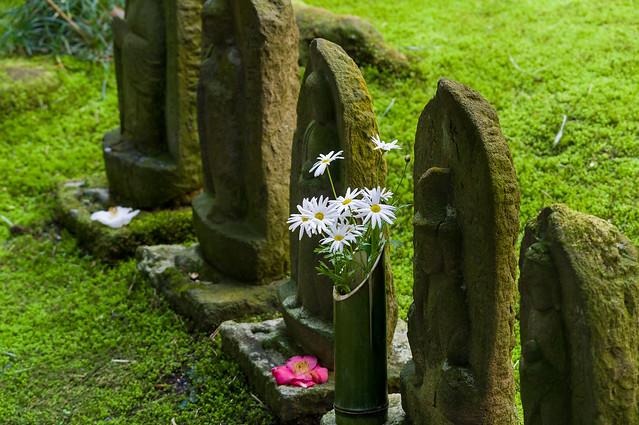 報徳寺境内の浮彫地蔵