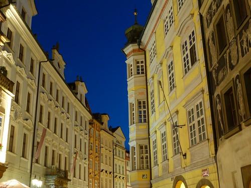 Una calle de la ciudad vieja de Praga por la noche