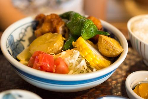 肉定食則是炸肉塊加燒雜菜, 田園風味滿載!