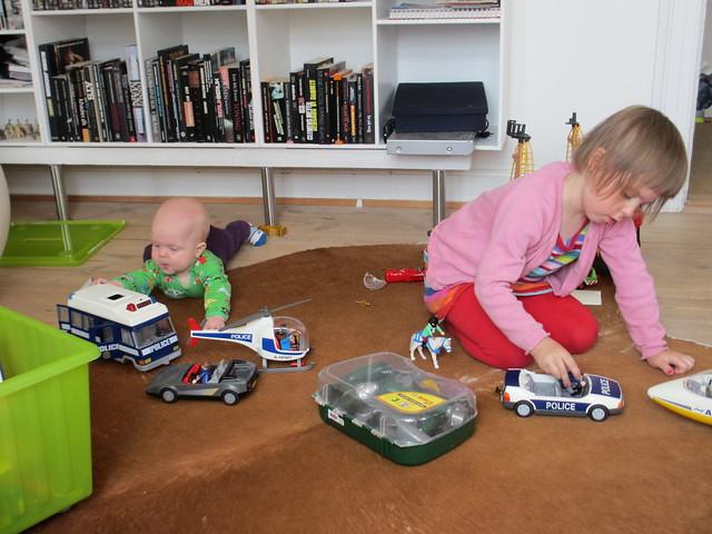 Barnen leker med Playmobil