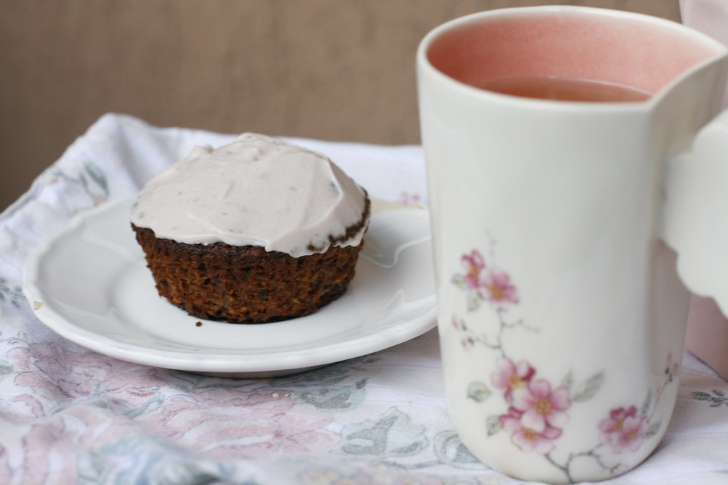 My recipe for gluten-free and dairy-free banana bread cupcakes with berries and coconut. Gorgeous handmade mug from Raklata.