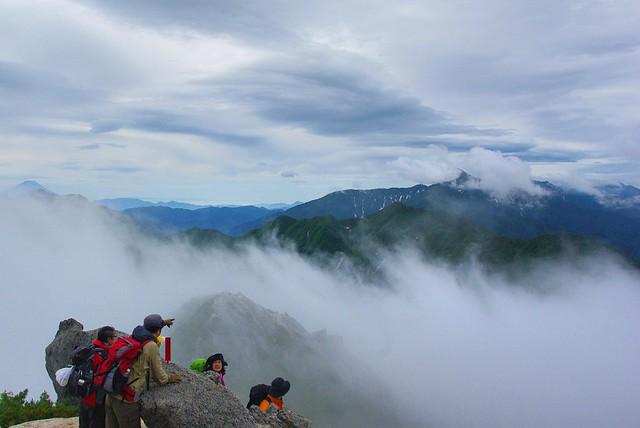 甲斐駒ケ岳からみた北岳