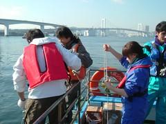 高田教授與其學生進行採樣,圖片由高田秀重提供。