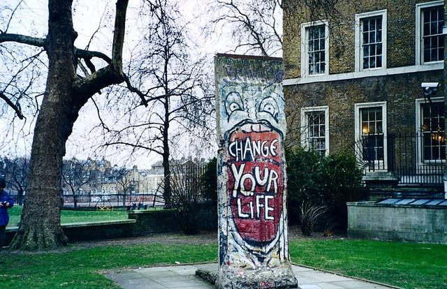 Fragmento del muro en el museo de la guerra de Berlín (Alemania), el graffitti no podría ser más significativo a la caída del muro:  Muro de Berlin, viajero mundial por la paz - 9697669375 552989cd8f z - Muro de Berlin, viajero mundial por la paz