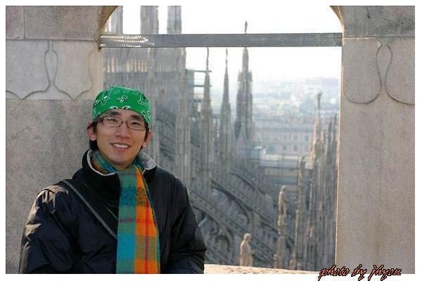 1108878322_我啦,後面是米蘭大教堂美麗的浮飛柱