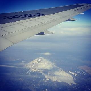 自羽田起飛後不久,飛機的腋下出現富士山 XD 所以座位要劃在右邊。