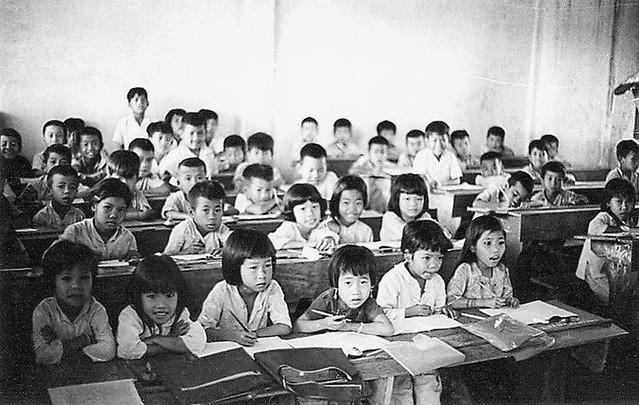 Kids in village school - trẻ con lớp học trường làng tại Định Tường