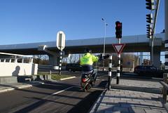 Scooterrijder voor het stoplicht