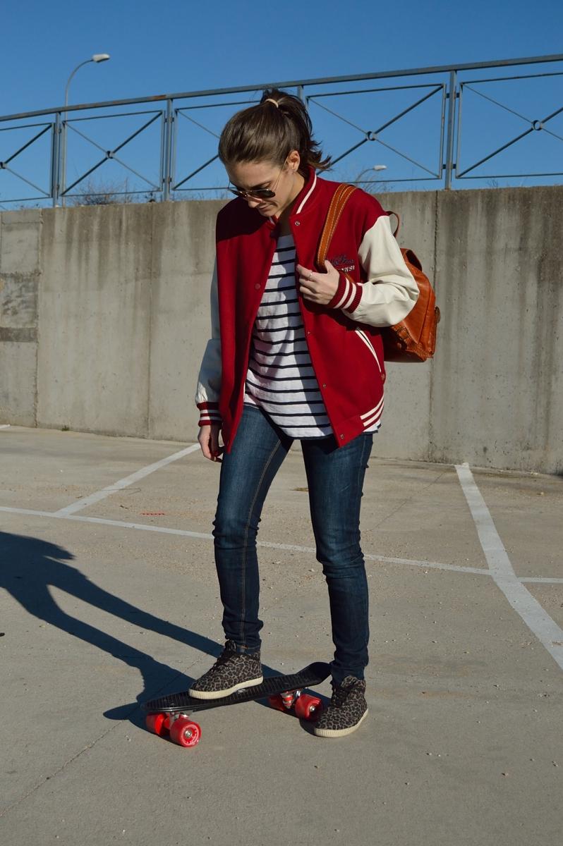 lara-vazquez-madlula-blog-streetstyle-bomber-jacket-jeans-leopard-sneakers