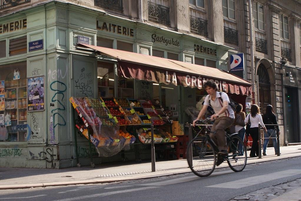 Rue des Capucins en bas des pentes de la Croix Rousse à Lyon.