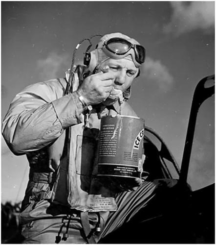 Piloto comiendo helado tras volver de una misión