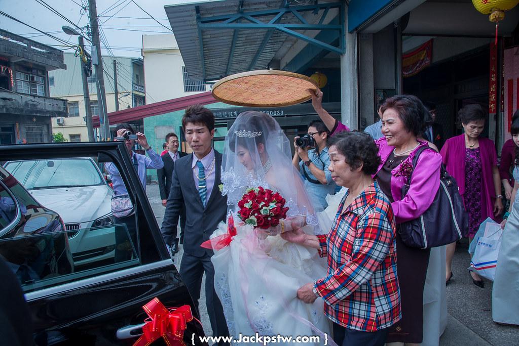 新娘準備上車,新郎官在旁護的