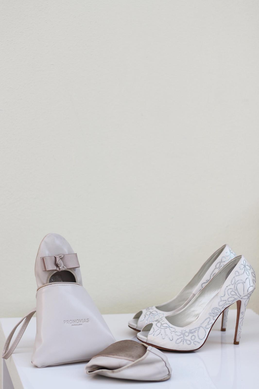 Una sposa coi tacchi e le scarpe da sposa