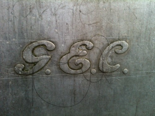 GEC logo on the lamp post by the bus stop