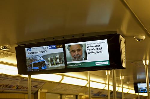 Der rechte Bildschirm zeigt unter anderem aktuelle Nachrichten in Kooperation mit der 'Süddeutschen Zeitung' oder der 'BR Rundschau'