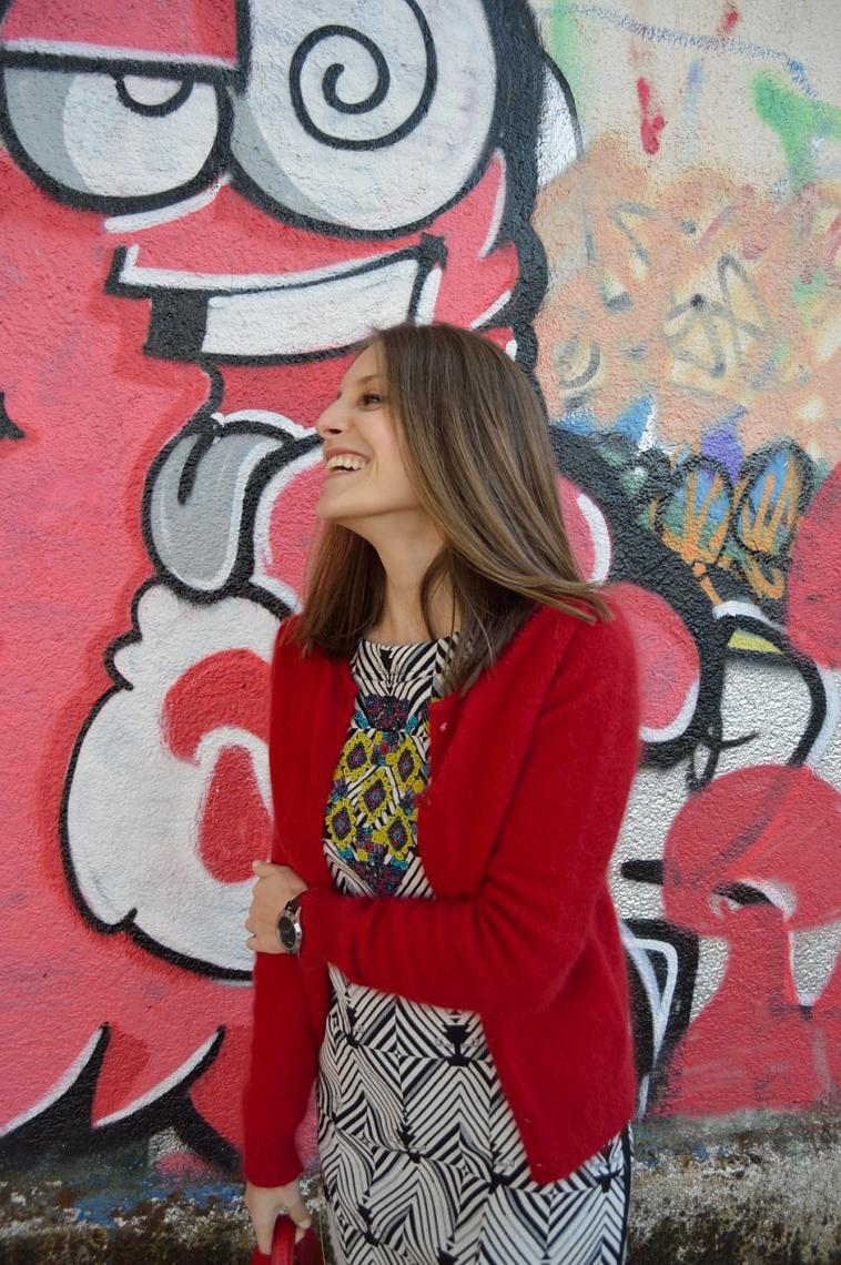 lara-vazquez-madlula-style-chic-rojo-angora-chaqueta-vestido-geometrico