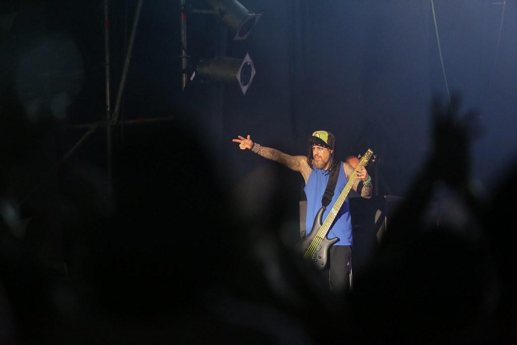 Reginald Arvizu, bajista de Korn, haciendo vibrar al público (Rene Gastaldo)