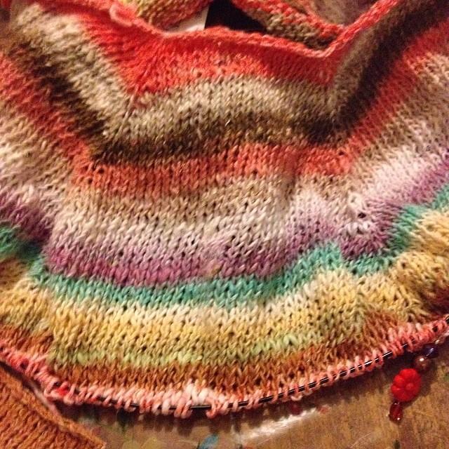 Ora so che colori avrà la mia maglietta #instaknit #ravelry #serialknitter #cheaphappiness #iolavoroamaglia #fattoamano #handmade #spring #primavera #yarn #noro #knitting