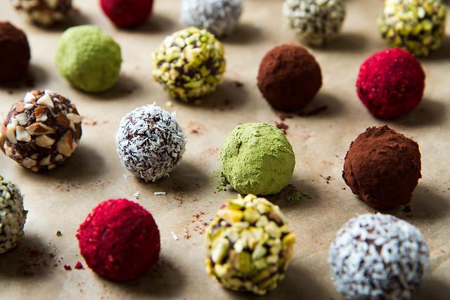 Chocolate Truffle Energy Bites {Raw, Vegan, Gluten-Free}