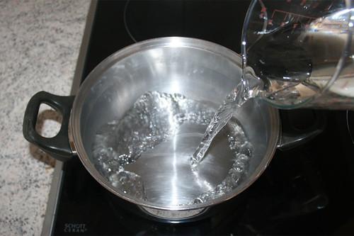 12 - Wasser in Topf geben / Put water in pot