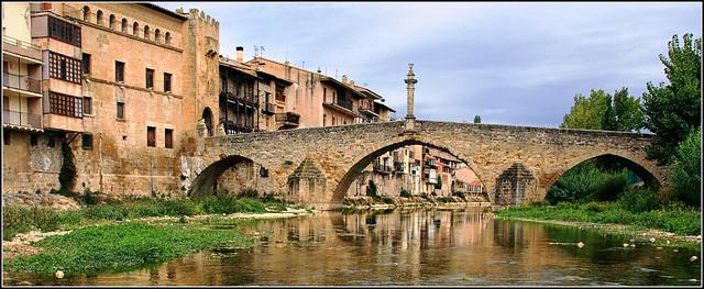 panoramica con vista del Puente que da acceso al portal de San Roque ( Valderrobres)