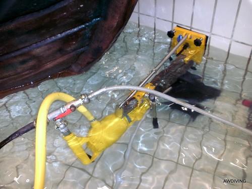 onderwater boren voor watermonitoring systeem in zwembad.