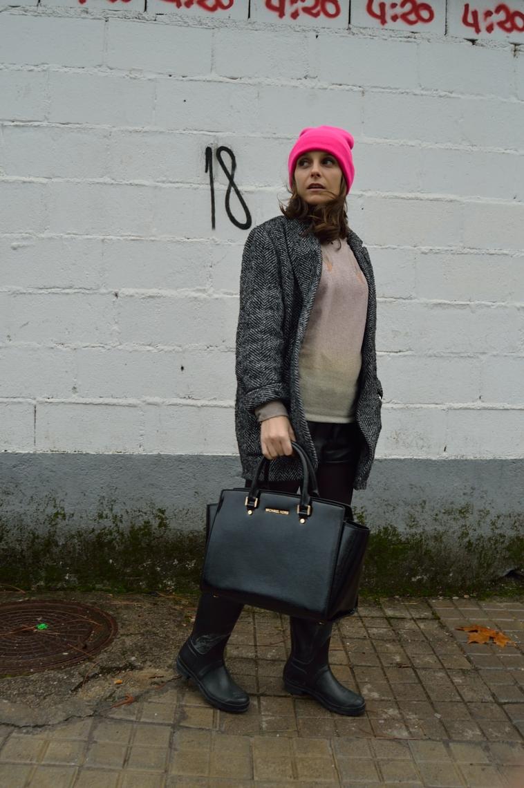 lara-vazquez-madlula-fashion-blog-style-chic-beanie-pink-christmas