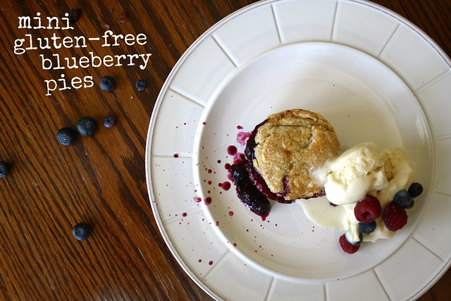gluten-free mini blueberry pies by cocinadecella.com
