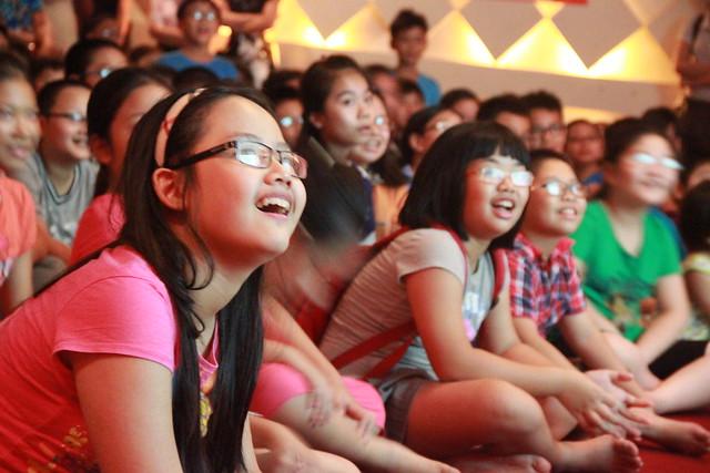 Nụ cười rạng rỡ của các bạn nhỏ khi học được nhiều điều bổ ích rút ra từ vở kịch
