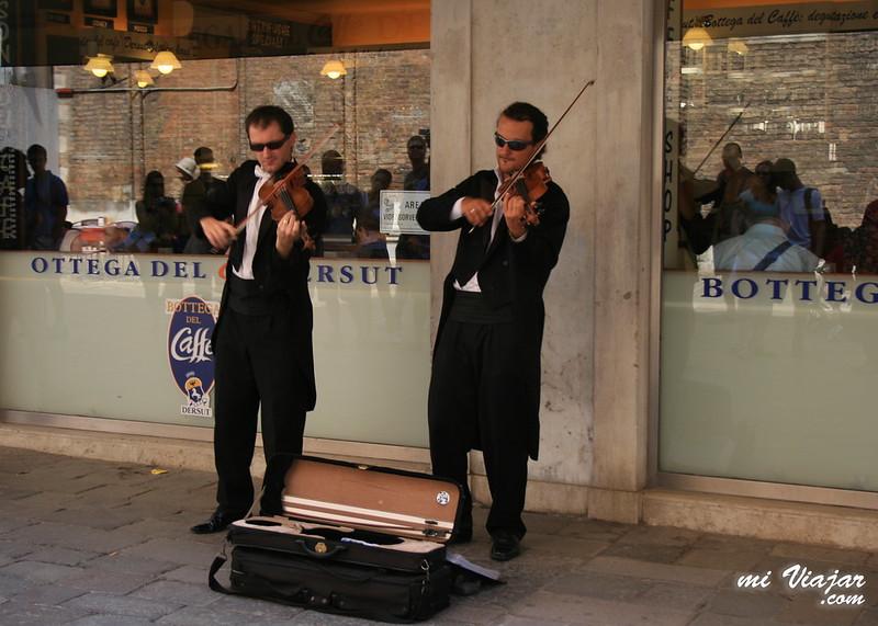 Violinistas en Venecia Italia