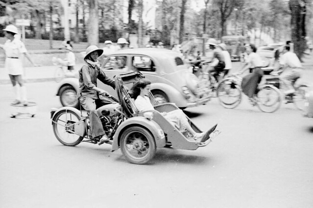 1950 - Motorized pedicab in Saigon street - Photo by Harrison Forman