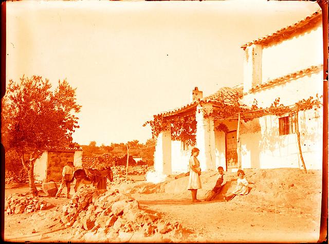 Niños en una venta hacia 1910. Fotografía de Pedro Román Martínez (c) JCCM, AHP, Fondo Rodríguez. Signatura R-128-2-03