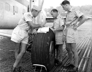 1956 RNZAF Bristol Freighter NZ59xx Ground crew briefing