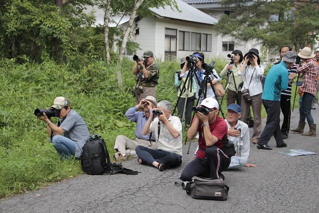 貴重な一瞬を撮るため,真剣な表情で見守る参加者.