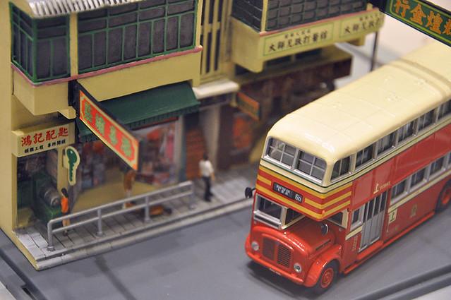 街角を曲がるバス