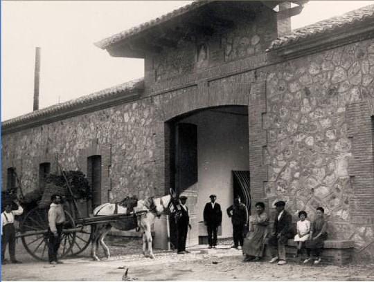 Entrada de cargamentos de hojas de morera al Monasterio de San Bernardo en Toledo en 1925.